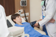 De patiënt van het bloeddrukziekenhuis arts Royalty-vrije Stock Afbeeldingen
