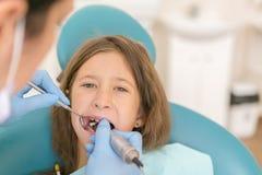 De patiënt van de tandarts en van het meisje Close-up die van mooi meisje zijn mond openen wijd tijdens inspectie van mondholte b stock foto