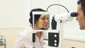 De patiënt zet zijn hoofd op een speciaal apparaat van de oogcontrole royalty-vrije stock foto's