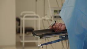 De patiënten overhandigen tijdens verrichting stock video