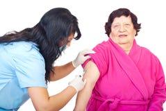 De patiënt van de het vaccinbejaarde van de verpleegster Stock Fotografie
