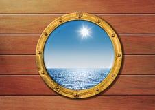 De patrijspoort van het schip op houten muur Stock Afbeeldingen