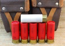 De patronen 11 en 12 en de jachtzak van het jachtgeweer Stock Afbeeldingen