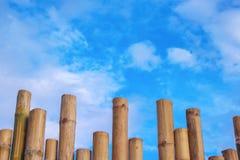 De patronen van de bamboeomheining en levendige blauwe hemel met wolkenachtergrond stock foto
