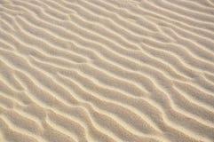 De patronen van de golf op een zandduin stock afbeelding