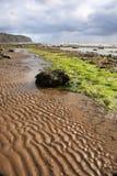 De patronen van het zand op het strand van Robin Hoods Bay Stock Foto's