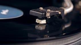 De patroon heft op en de vinylschijf houdt op roterend stock footage