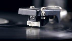 De patroon vermindert op een draaiende vinylschijf stock footage