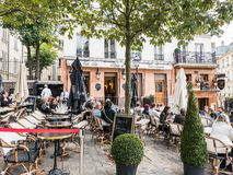 De patroons ontspannen bij buitenterras van de bar en het restaurant van Montmartre, Royalty-vrije Stock Afbeelding