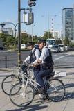 De patrouille Chiyoda Tokyo van de twee politiemannenfiets Royalty-vrije Stock Fotografie
