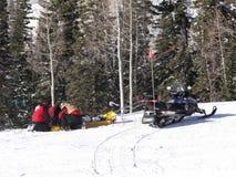 De patrouille van de ski treft te evacueren voorbereidingen Stock Afbeeldingen