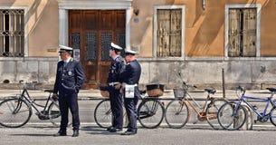 01 05 2016 De patrouille van de gemeentepolitie op de straat van Padua met fietsen en de oude bouw in achtergrond, Italië royalty-vrije stock afbeelding