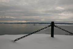 De patrouillerende baai van de Kustwachtboot op een kalme bewolkte de winterochtend Royalty-vrije Stock Fotografie