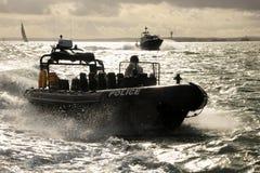 De patrouilleRIB van de politie bij snelheid Stock Afbeeldingen