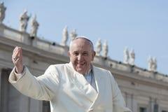 De paus begroet gelovig stock afbeeldingen