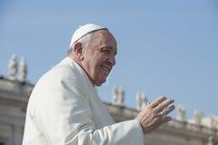 De paus Francis begroet gelovig stock fotografie
