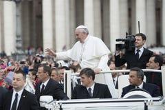 De paus Francis zegent gelovig Royalty-vrije Stock Foto's