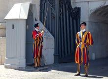 De Pauselijke Zwitserse Wacht buiten St Peter ` s Basiliek, de Stad van Vatikaan, Rome Royalty-vrije Stock Foto
