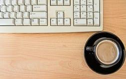 De pauze ontspant met espressokop, die bij computerbureau werken stock fotografie