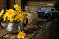 De pays toujours la vie avec le bouquet et les vieilles choses Photo libre de droits
