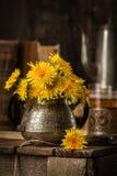 De pays toujours la vie avec le bouquet et les vieilles choses Photo stock