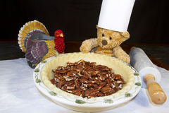 De Pecannootpastei van chef-kokbear baking thanksgiving Royalty-vrije Stock Fotografie
