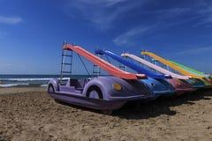 De pedaalboten met shute worden opgesteld op een strand stock foto's