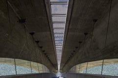 De Pedestrianizedweg is onder autosnelweg, gekoppeld beton en staal Royalty-vrije Stock Afbeelding