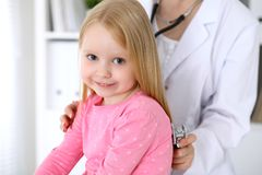 De pediater behandelt baby in het ziekenhuis Het meisje is onderzoekt door arts door stethoscoop Vertragingen en wapens Royalty-vrije Stock Fotografie