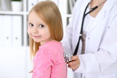 De pediater behandelt baby in het ziekenhuis Het meisje is onderzoekt door arts door stethoscoop Vertragingen en wapens Royalty-vrije Stock Foto