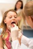 De pediater onderzoekt de tong van de meisjeskeel Royalty-vrije Stock Foto