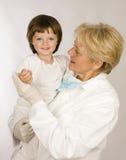 De pediater van de vrouw met meisje stock foto's
