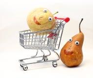 De peer duwt het boodschappenwagentje met een appel met ogen Royalty-vrije Stock Afbeelding
