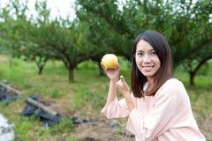 De peer van de vrouwenholding in landbouwbedrijf royalty-vrije stock foto