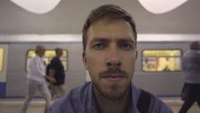 De peinzende blik van een mens in de metro stock video
