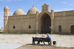 De pelgrims bezoeken circa Otrartobe, Kazachstan van Arystan Bab Mausoleum royalty-vrije stock afbeeldingen