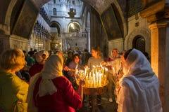 De pelgrims staken kaarsen, Kerk van aan het Heilige Grafgewelf in Jeruzalem, Israël stock fotografie