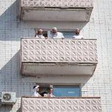 De pelgrims van Hasidi op het balkon van het high-rise gebouw hebben pret vierend de vakantie van rosh-Ha-Shana royalty-vrije stock foto's