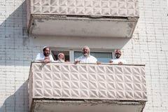 De pelgrims van Hasidi op het balkon van het high-rise gebouw hebben pret vierend de vakantie van rosh-Ha-Shana stock foto's