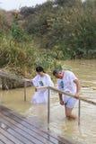 De pelgrims van verschillende landen keuren de rite van doopsel in Jordan River in Israël goed Royalty-vrije Stock Foto