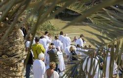 De pelgrims van verschillende landen keuren de rite van doopsel in Jordan River in Israël goed Royalty-vrije Stock Afbeelding