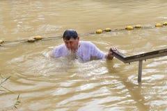 De pelgrims van verschillende landen keuren de rite van doopsel in Jordan River in Israël goed Royalty-vrije Stock Foto's
