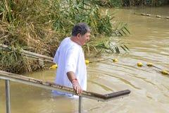 De pelgrims van verschillende landen keuren de rite van doopsel in Jordan River in Israël goed Royalty-vrije Stock Afbeeldingen