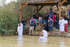 De pelgrims van verschillende landen keuren de rite van doopsel in Jordan River in Israël goed Stock Afbeelding