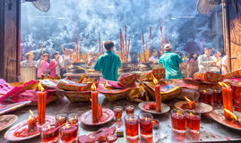 De pelgrims vormen drukke het Nieuwjaardag een rij van de tempelwierook Royalty-vrije Stock Afbeeldingen