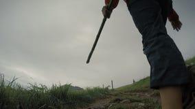 De pelgrimsvrouw loopt door Camino, de populaire trekkingsroute in het regenachtige seizoen stock footage