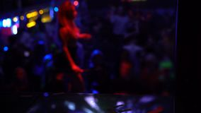 De pelo largo ir-va el bailarín que se realiza en la etapa en el club de noche apretado, celebración metrajes
