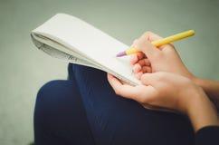 De pen en de blocnote van de handengreep stock foto's