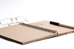 De pen en de glazen van de blocnote Royalty-vrije Stock Afbeeldingen