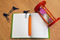 De pen en de klemmen van de notitieboekjezandloper Royalty-vrije Stock Foto